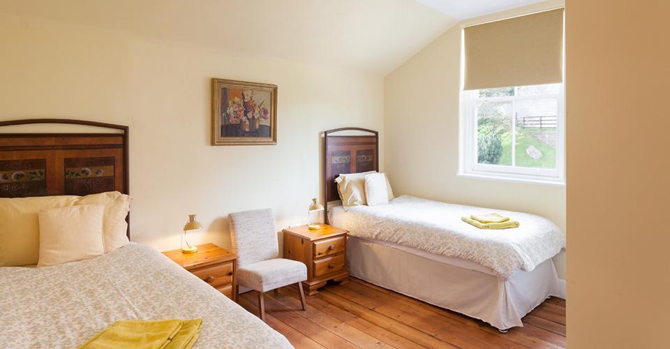 Image8.-Yellow-twin-bed-en-suite